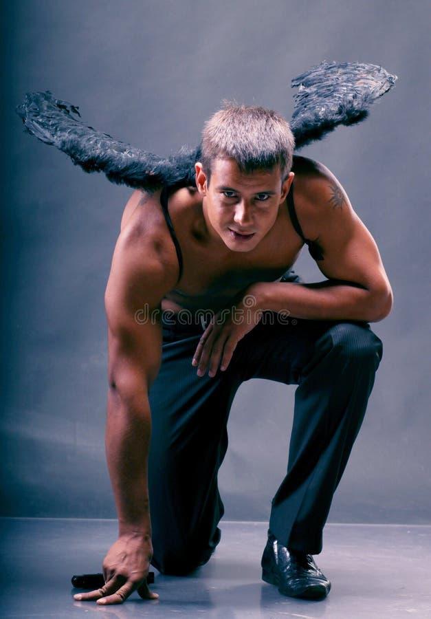 Een mens met engelenvleugels. stock foto