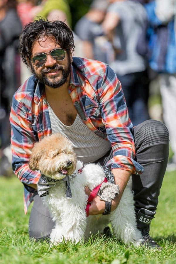 Een mens met een hond in het park bij een hond toont royalty-vrije stock afbeeldingen