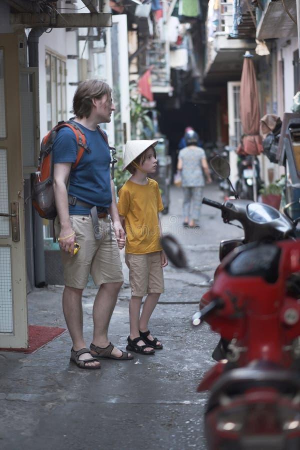 Een mens met een jongen in een strohoed stock afbeeldingen