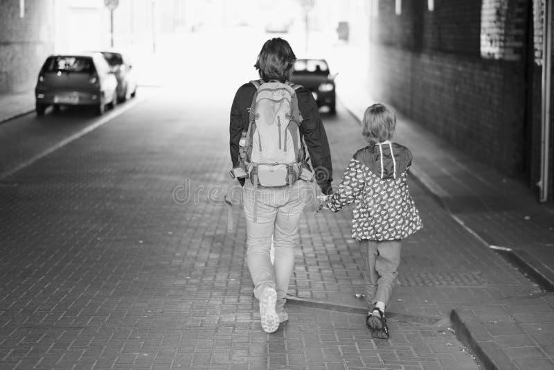 Een mens met een kind loopt in een tunnel stock foto's