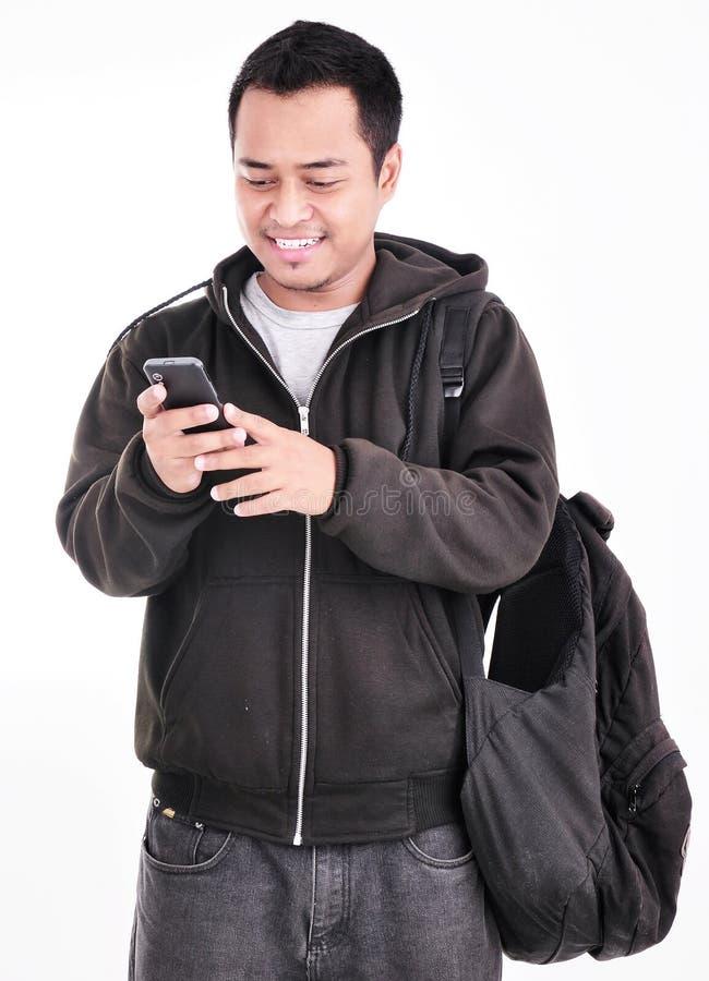 Een mens met mobiele telefoons en draagt zak royalty-vrije stock afbeeldingen