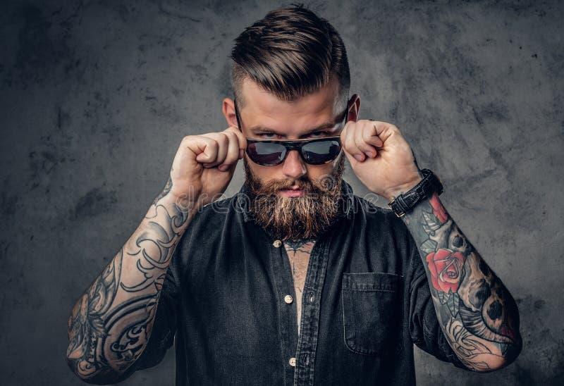 Een mens met tatoos op zijn wapens royalty-vrije stock afbeelding