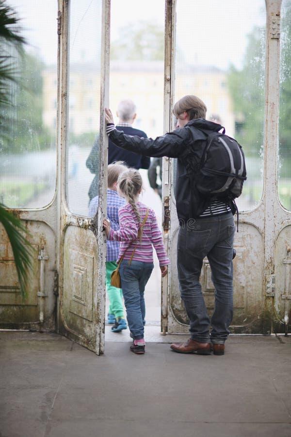 Een mens met twee kinderen stock afbeeldingen