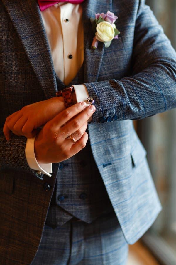 Een mens in een modieus kostuum maakt manchetten op zijn overhemd recht Het schieten van een zakenman in een kostuum Bedrijfs con royalty-vrije stock afbeeldingen