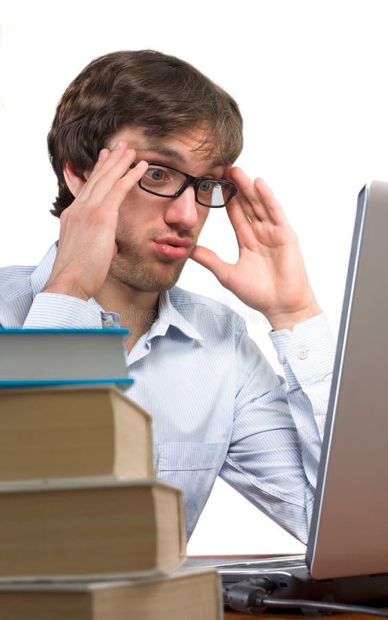 Een mens in moeilijkheidsvoorzijde van laptop stock foto's
