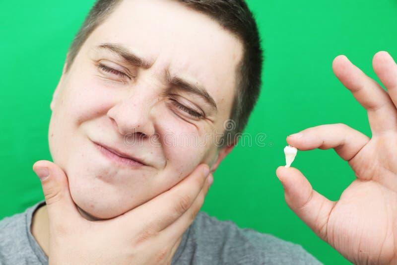 Een mens na het verwijderen van een verstandskies De verrichting om de achtste tanden te verwijderen royalty-vrije stock afbeeldingen