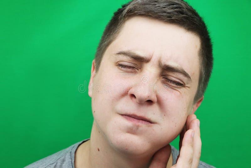 Een mens na het verwijderen van een verstandskies De verrichting om de achtste tanden te verwijderen royalty-vrije stock foto
