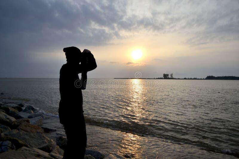 Een mens neemt een foto stock foto's