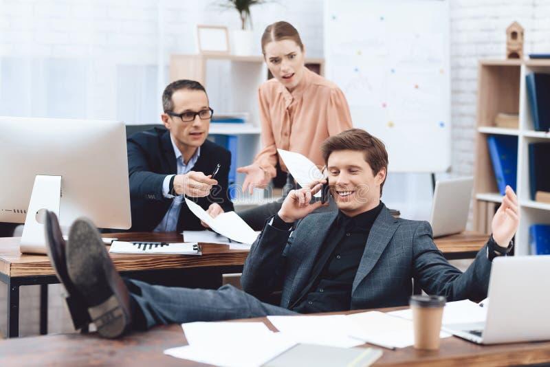 Een mens ontspant op het werk Hij rust in het bedrijfsbureau stock foto