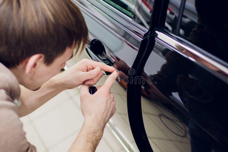 Een mens overhandigt reparatie de mens van de de slotenreparatie van de linkerdeurauto royalty-vrije stock foto