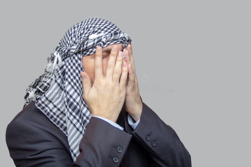 Een mens in een Palestijnse sjaal, de Oostelijke manier om in keffiyeh te bidden royalty-vrije stock afbeeldingen