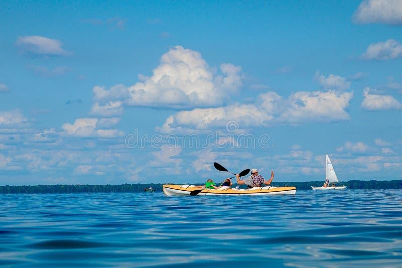 Een mens roeit kajakboot in het overzees royalty-vrije stock foto
