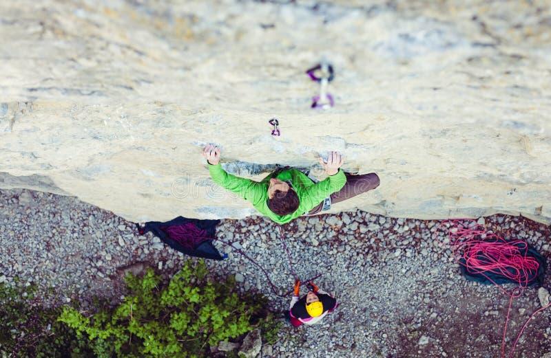 Een mens is een rotsklimmer op een rots royalty-vrije stock fotografie