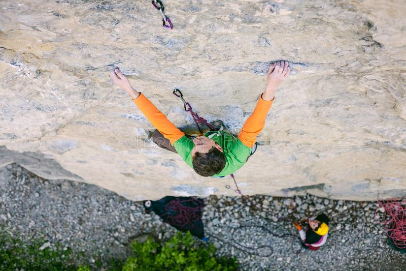 Een mens is een rotsklimmer op een rots royalty-vrije stock afbeeldingen