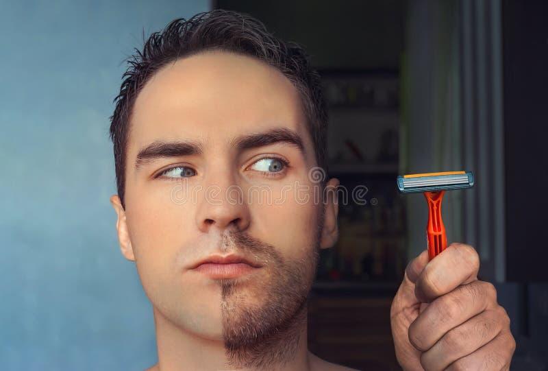 Een mens scheert zijn gezicht zonder pijn ervaren en room of schuim die, die lijden Half geschoren gezicht half overwoekerd met e stock afbeelding