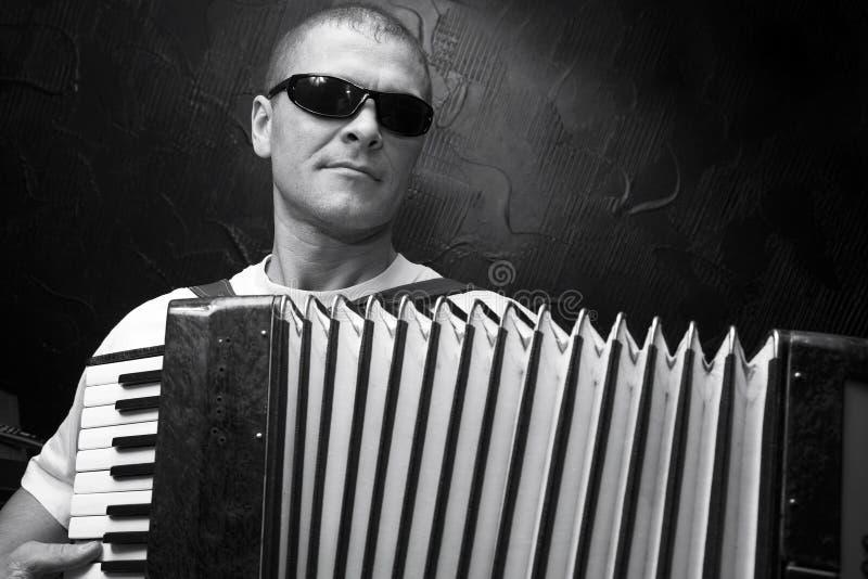 Een mens speelt de harmonika royalty-vrije stock afbeelding