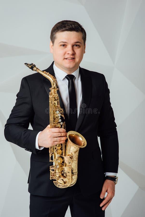 Een mens speelt saxofoon dichte omhooggaand royalty-vrije stock foto's