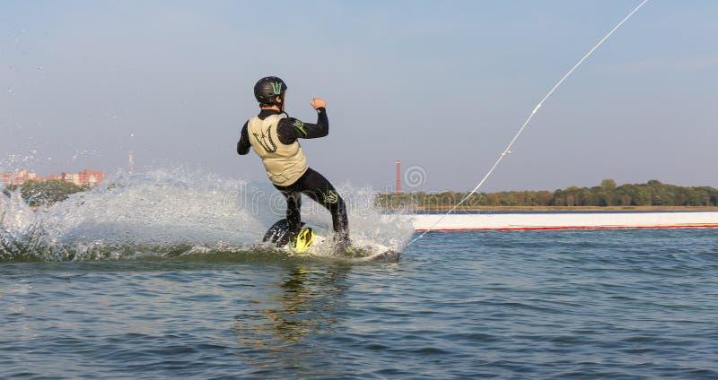 Een mens springt het kielzog achter een boot royalty-vrije stock afbeeldingen