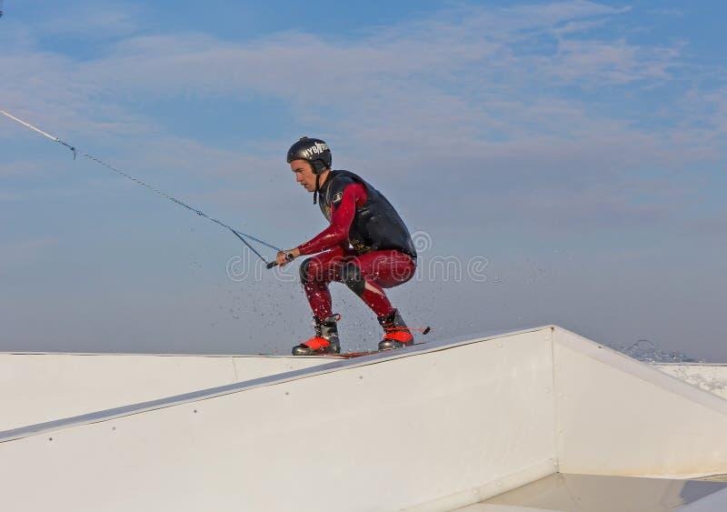 Een mens springt het kielzog achter een boot royalty-vrije stock fotografie
