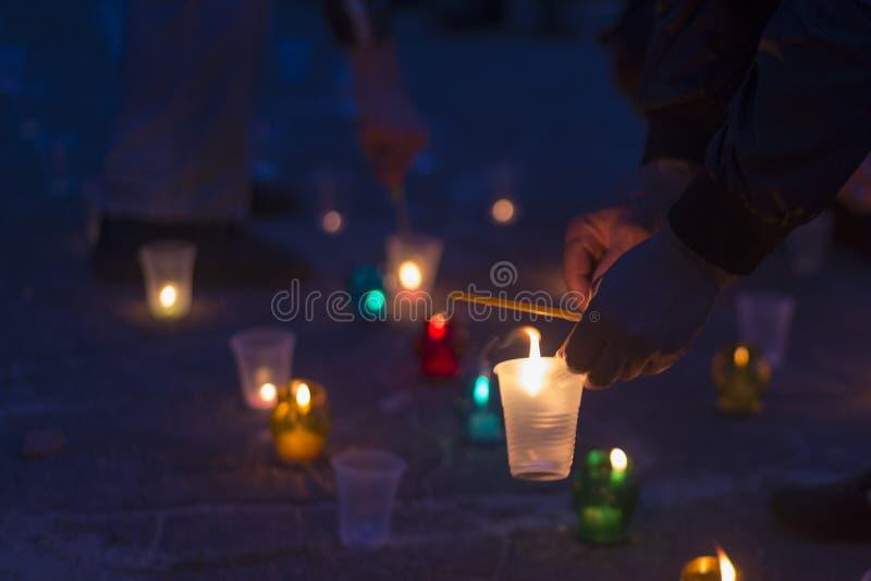 Een mens steekt een kaars aan Dag van Herinnering voor de Getroffenen royalty-vrije stock afbeelding