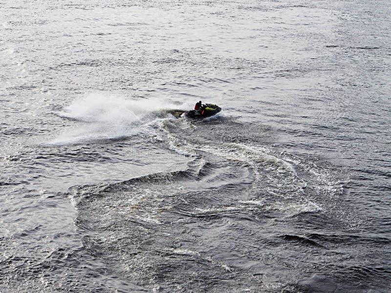 Een mens stelt een aquabike in werking royalty-vrije stock foto's