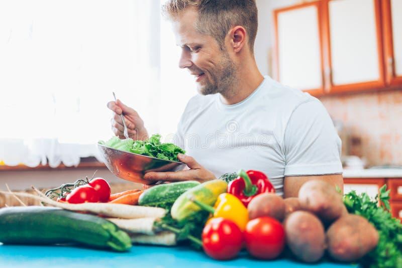 Een mens thuis op een dieet stock fotografie