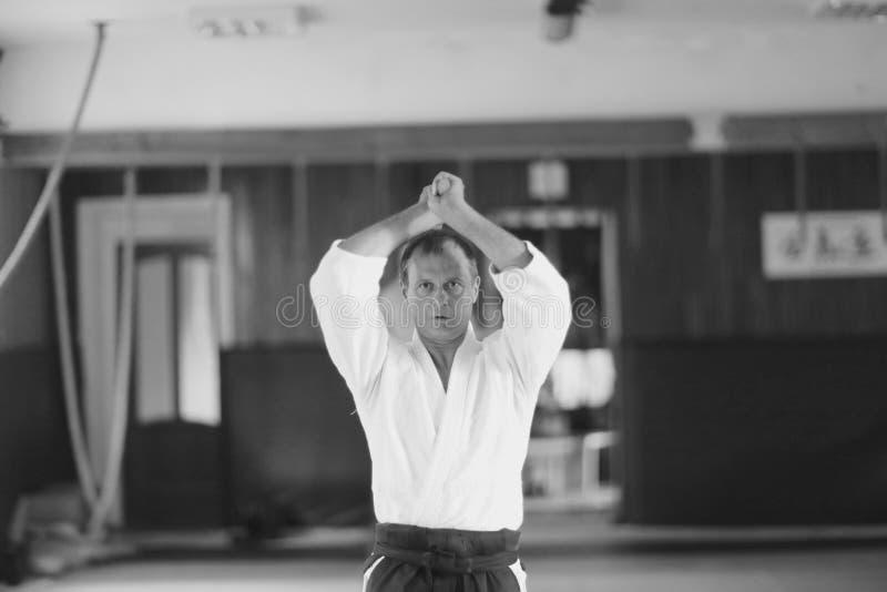 Een mens in traditionele Japanse Aikido-opleidingskleren stock foto's