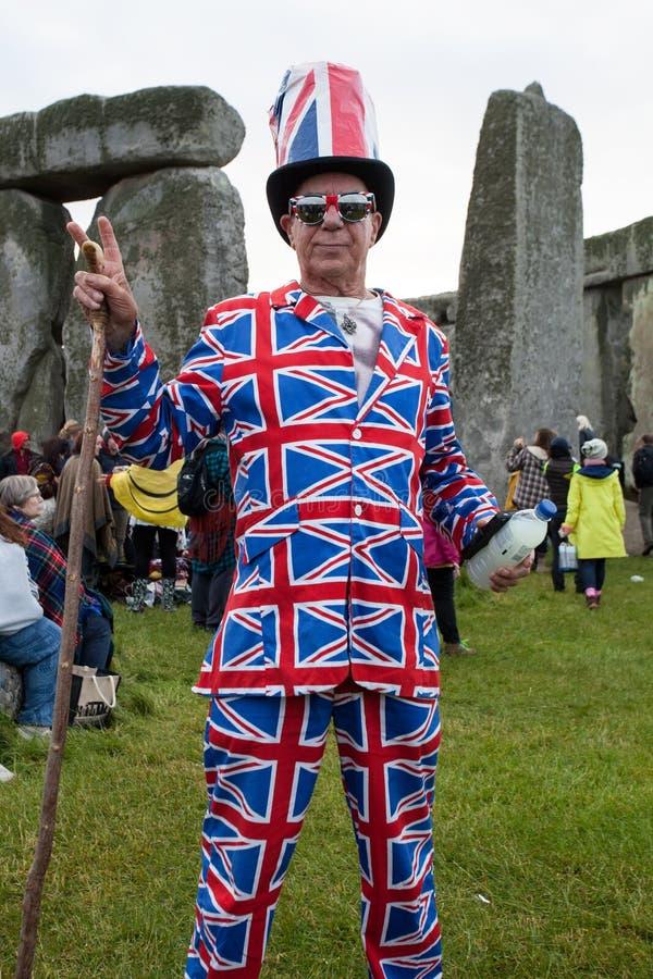 Een mens in een Unie Jack Suit maakt een vredesteken in Stonehenge royalty-vrije stock foto