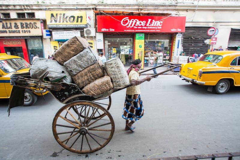 Een mens vervoert vracht door Kolkata royalty-vrije stock afbeelding