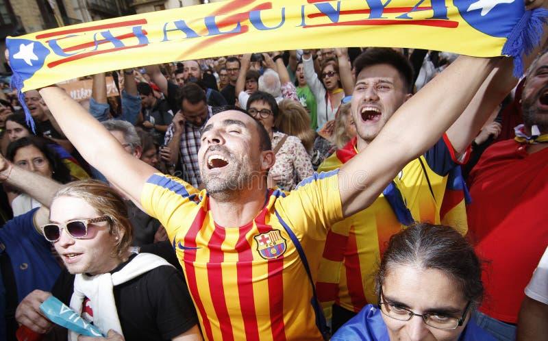 Een mens viert dat Catalonië verklaarde onafhankelijkheid van Spanje