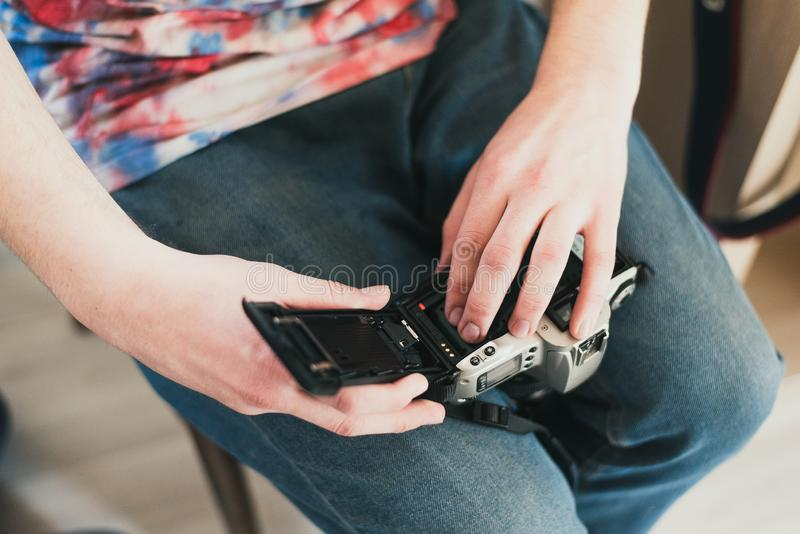 Een mens vult de camerafilm gezette film in de camera zet de band in de machine royalty-vrije stock fotografie