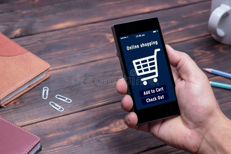 Een mens winkelt bij de online opslag Het pictogram van het boodschappenwagentje Elektronische handel royalty-vrije stock foto's