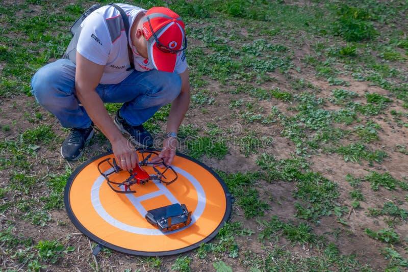 Een mens zet bescherming op de hommel Bescherming van een propeller van een hommel tegen breuk royalty-vrije stock fotografie