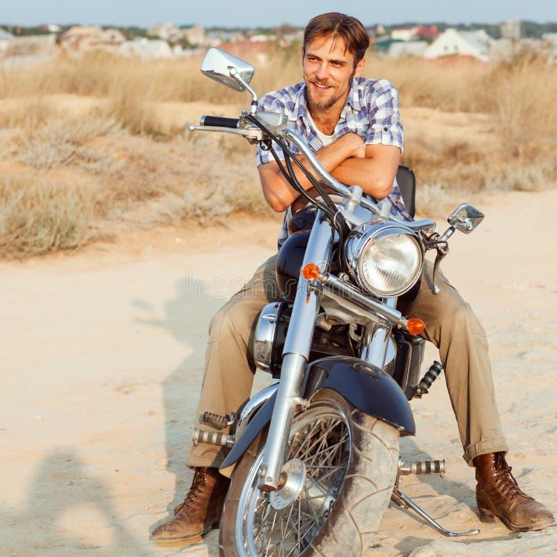 Een mens zit op fiets stock fotografie