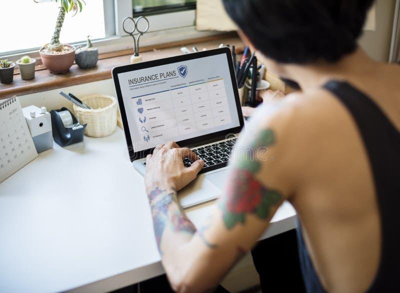 Een mens zoekt de verzekeringsinformatie stock afbeeldingen