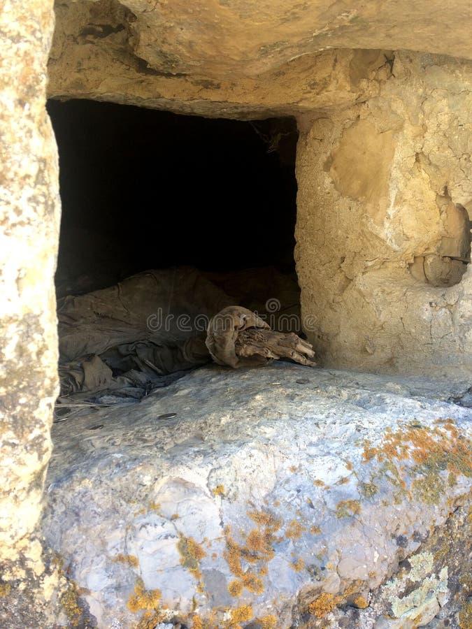 Een menselijke skelethand bij gaat van de crypt binnen Dargavs, stad van de doden Noord-Ossetië - Alania royalty-vrije stock fotografie