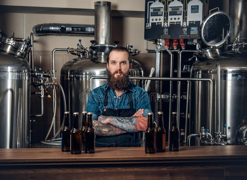 Een mensenfabrikant die bier in microbrewery voorstellen stock afbeeldingen