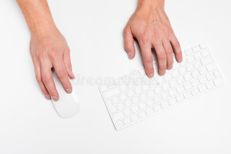 Een mensenhand houdt een draadloze muis met toetsenbord geïsoleerd wit royalty-vrije stock foto's