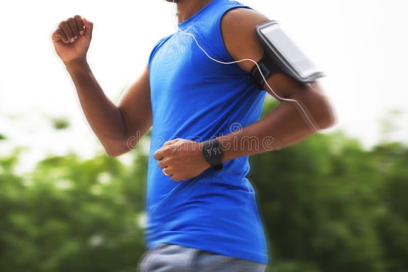 Een mensenjogging in het park stock foto's