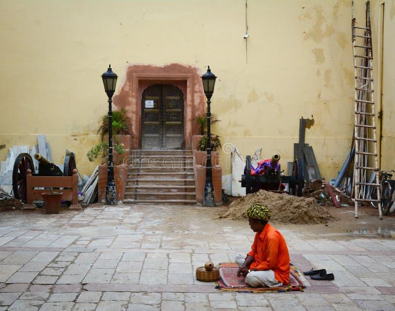 Een mensenzitting op straat in Jaipur, India stock foto
