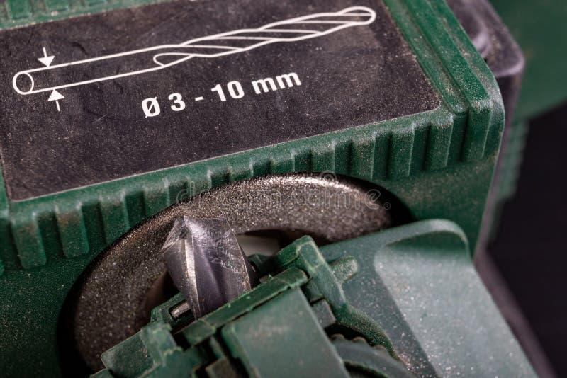 Een metalen boorbit verscherpen Staalboor, doorgesneden voor gespecialiseerde haaienvinnen stock fotografie