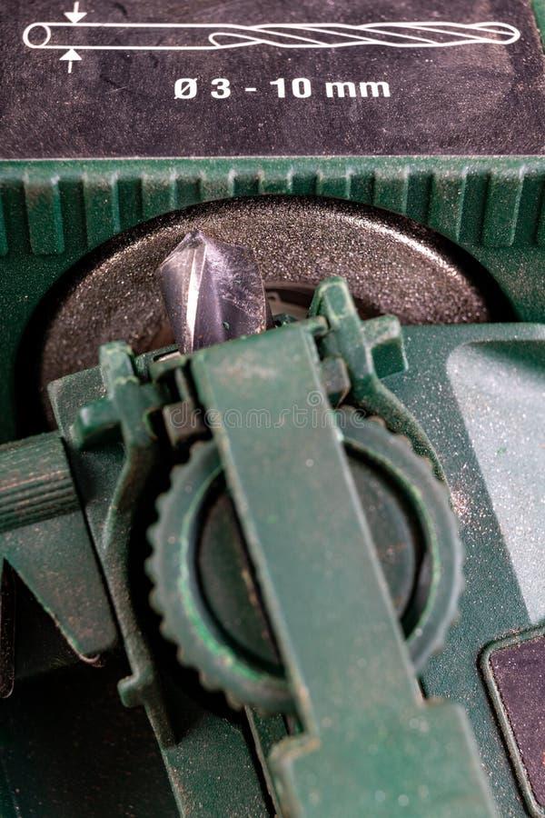Een metalen boorbit verscherpen Staalboor, doorgesneden voor gespecialiseerde haaienvinnen stock foto's