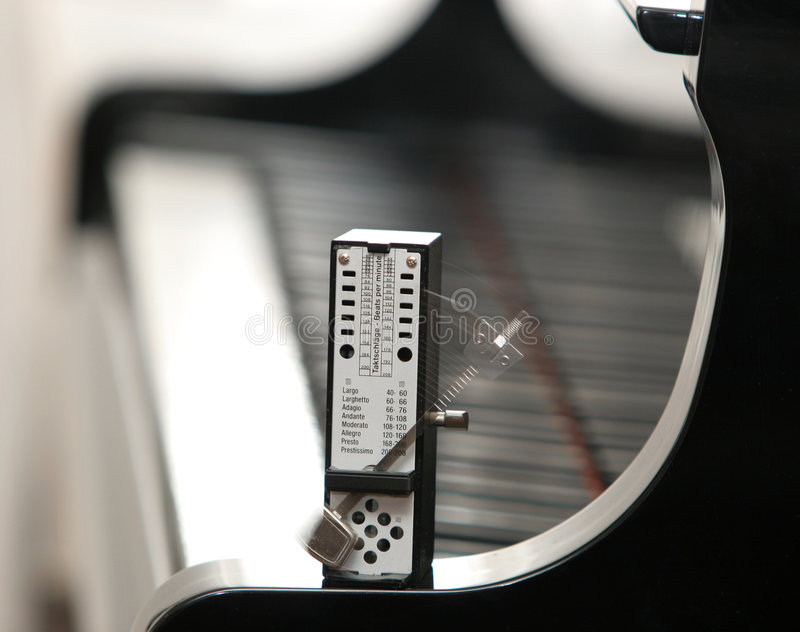 Een metronoom op een piano royalty-vrije stock afbeeldingen
