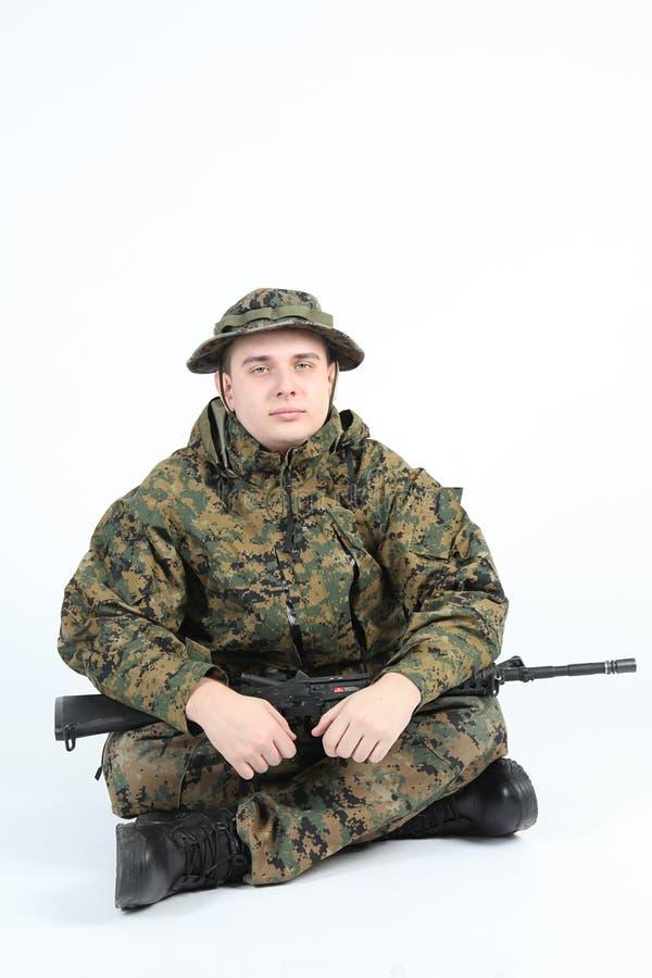 Een militair met kanon stock afbeeldingen