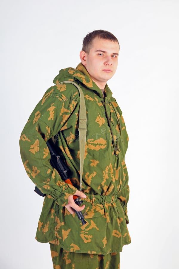 Een militair met kanon - Kalashnikov stock foto's