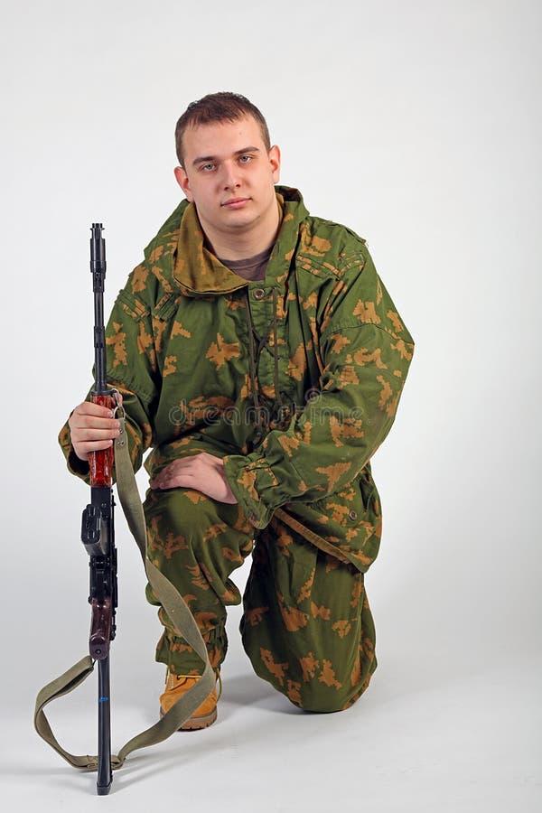 Een militair met kanon - Kalashnikov stock afbeelding