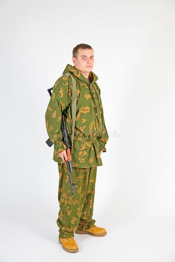 Een militair met kanon - Kalashnikov stock fotografie