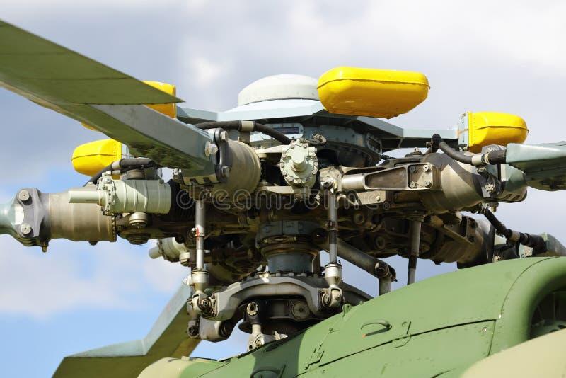 Een militaire helikopter, de bladen van een helikopter de helikoptersturbine van de gevalmotor stock foto