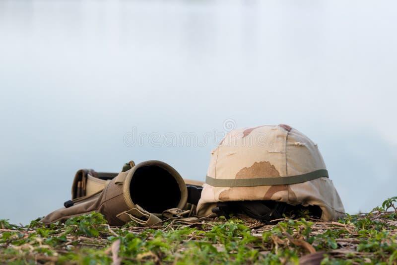 Een militaire helm van woestijncamouflage en tactische riem royalty-vrije stock afbeelding