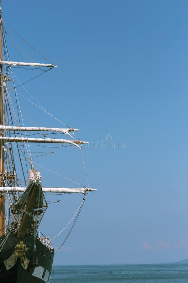 Een militaire zeilboot legde in de haven vast royalty-vrije stock foto's